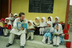 Greg Mortenson with Pakistani Schoolchildren - Image courtesy Central Asia Institute